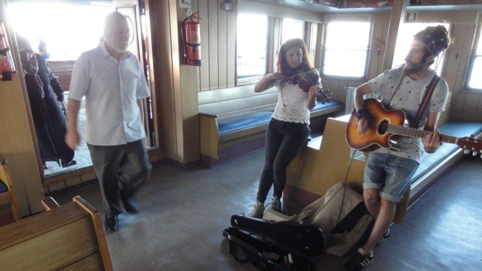 Na palubě mořských autobusů bývá i živá hudební produkce
