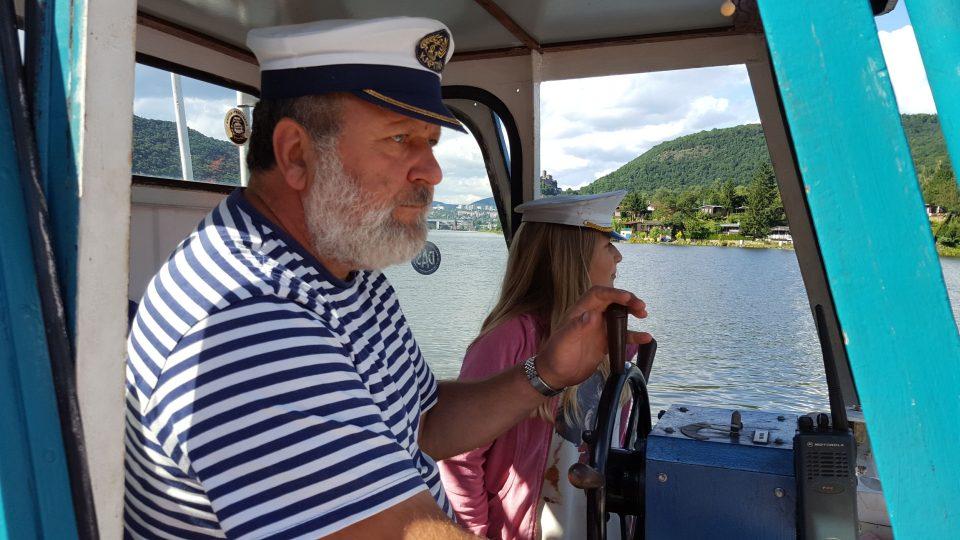 Kapitán Jiroušek půjčil na chvíli kormidlo i jedné z našich nejmladších posluchaček