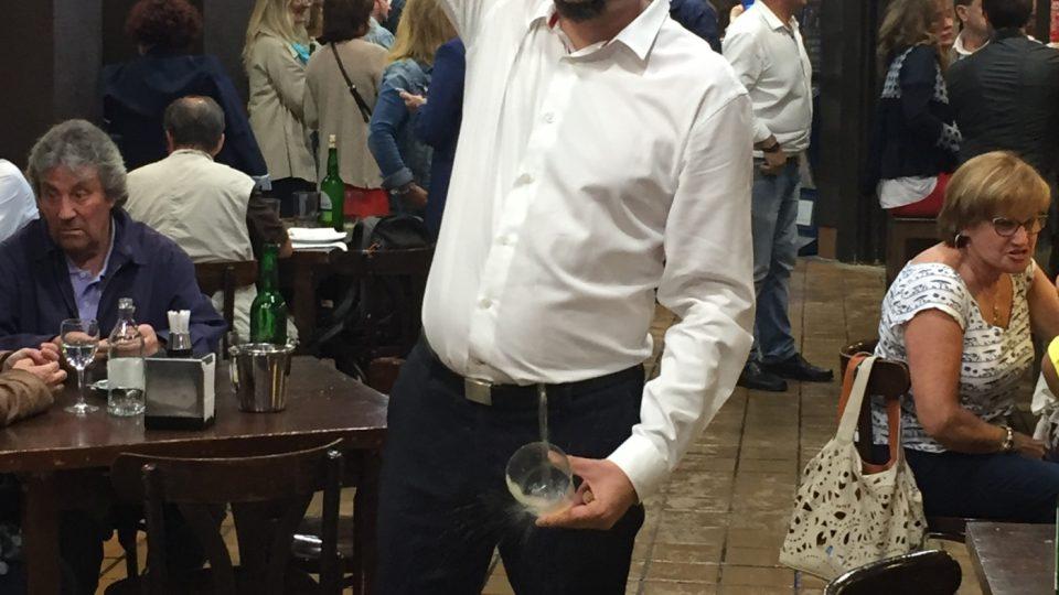 Alberto Alvarez nalévá Cider