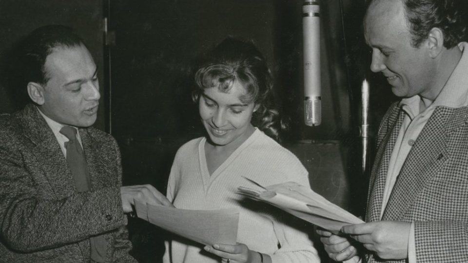 Otakar Bílek (vlevo) s herci Renatou Olárovou a Josefem Bulíkem při natáčení hry Tři přání (r. 1960)