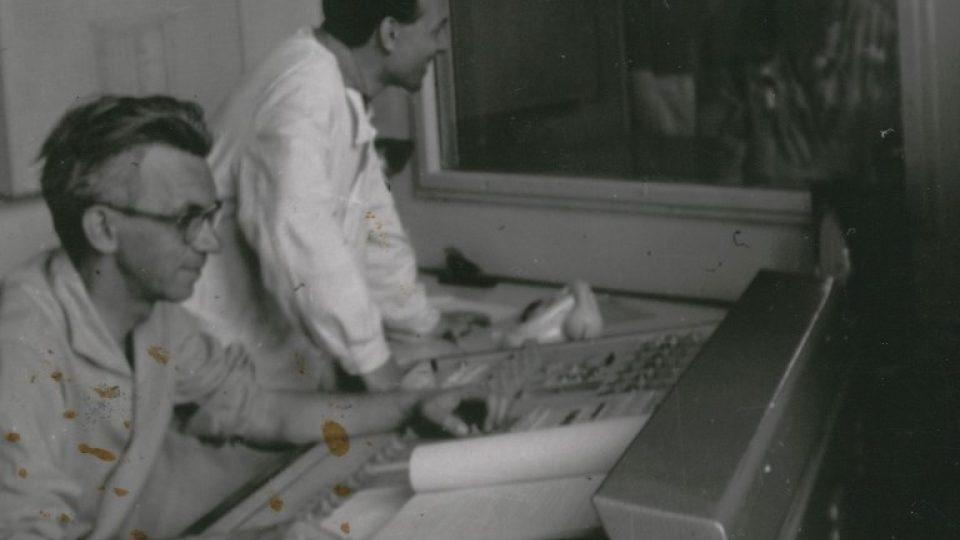 Otakar Bílek (vlevo) v režii Československého rozhlasu České Budějovice se zvukařem M. Vaverkou (r.1965)