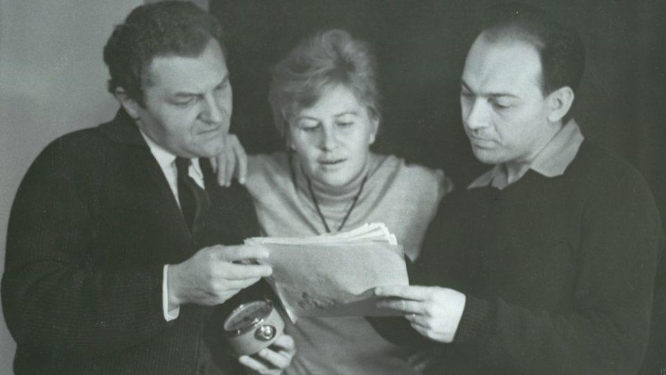 Otakar Bílek (vpravo) s herci Antonínem Hardtem a Hanou Bauerovou při natáčení hry Vzorek (r. 1964)