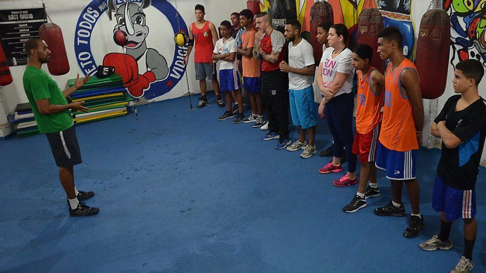 Instruktor Índio vede k žákům řeč po tréninku