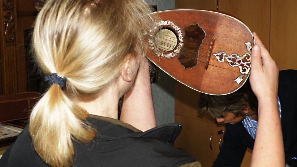 Andrea Bariaková zkoumá stáří mandolíny