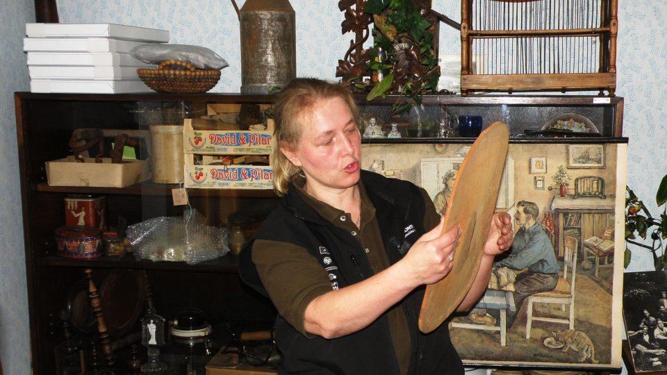 Obdivuje základní desku pro výrobu houslí