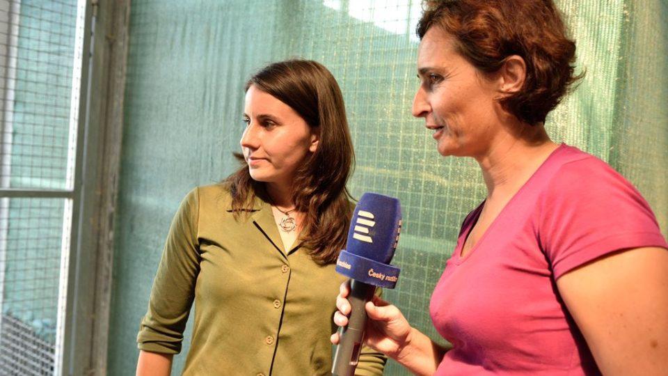 Reportérka Jitka Cibulová Vokatá natáčí rozhovor s ošetřovatelkou Kristýnou Falkovou