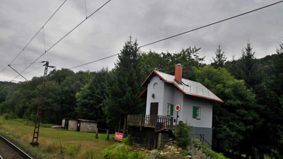 Na trati se zachovali i historické strážní domky pamatující výstavbu dráhy v polovině 19 století