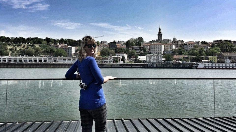 Veronika Tomanová cestuje sama, jen s batůžkem na zádech (Bělehrad)