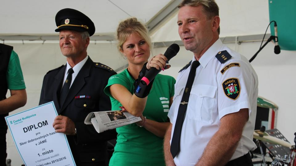 Oslava pro hasiče z Jámy, kteří vyhráli jihočeské kolo soutěže Dobráci roku. Zahájení akce s moderátorkou Hankou Šoberovou