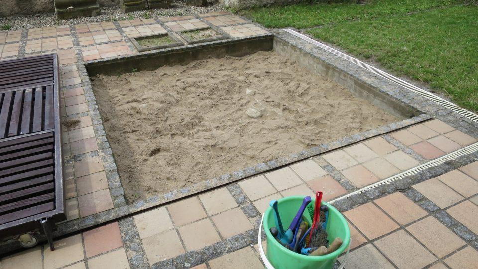 Pískoviště a odborné nářadí k archeologickému výzkumu
