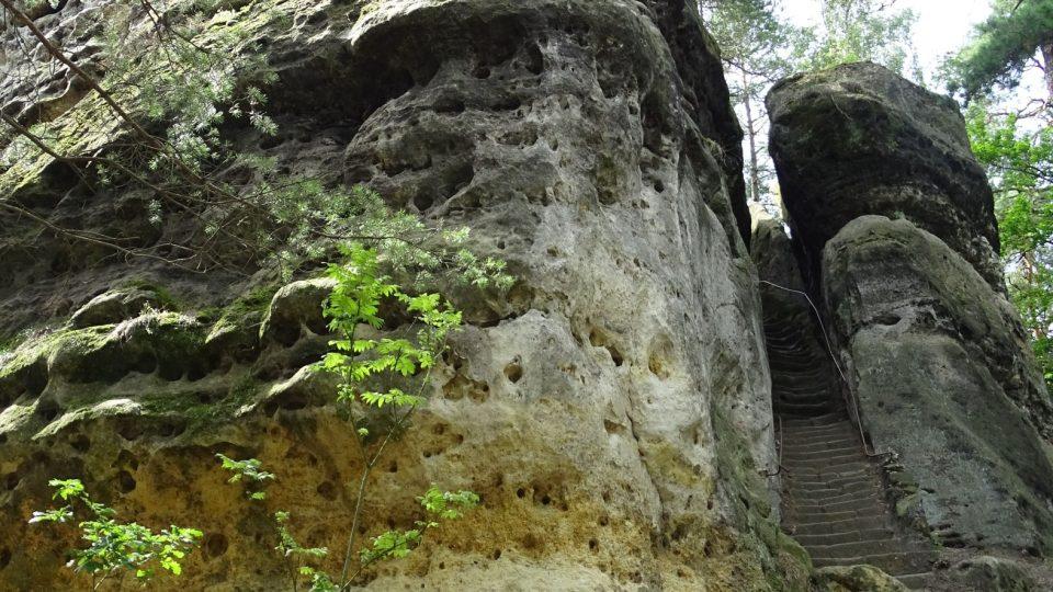 Vrch je tvořen tvrdším pískovcem, než jaký se vyskytoval v okolí, proto tato skála zůstala stát do dnešní doby, odolala erozi