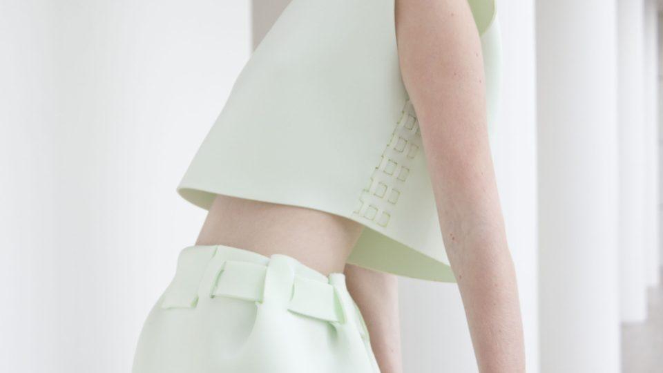 Místo šití jsou oděvy The Post Couture Collective spojované mechanicky. Na místech, kde by u běžného oděvu byly švy, jsou do recyklovaného polyesteru laserem vyřezané důmyslné tvary, které do sebe přesně zapadnou