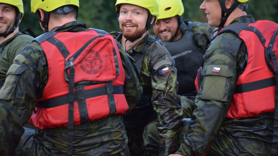 Liberečtí chemici se na jablonecké přehradě se učili vyzvednout tonoucího z jedoucího člunu