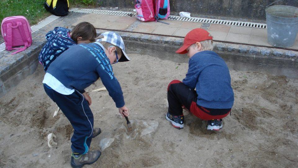 Základ archeologického hřiště tvoří dvě pískoviště, kde je možné vyzkoušet si práci archeologa
