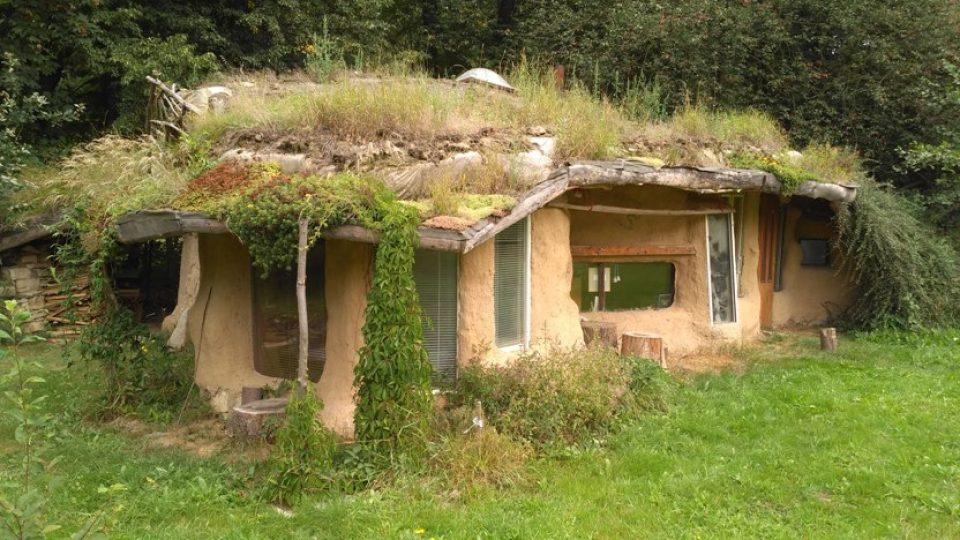 Slamák je hliněná stavba izolovaná slámou