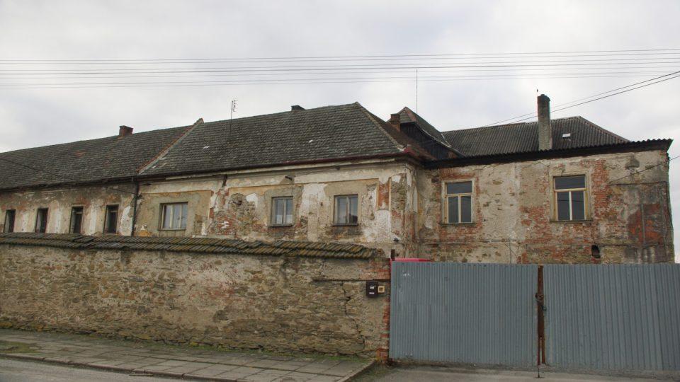Někdejší doubravický zámeček ukrývá z venkovní strany částečně zeď