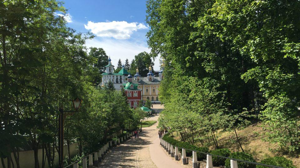 Cesta ke klášteru v Pečorách