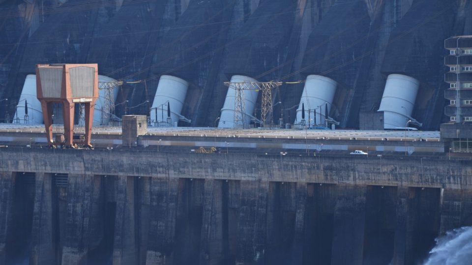 Bílé trubky jsou jakési náhony na turbiny. Voda v nich klesá 120 metrů