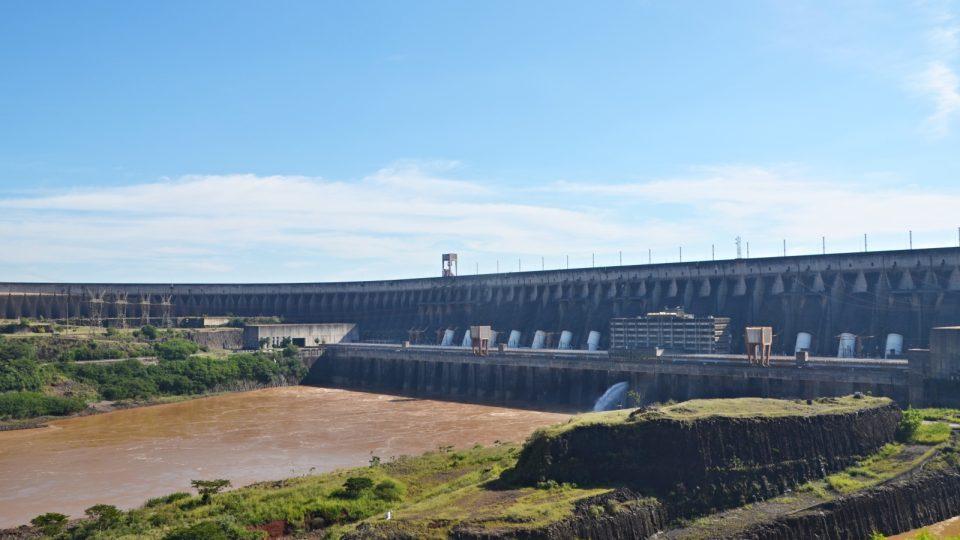 Obří přehradní nádrž. Výška 196 metrů, celková délka skoro 8 kilometrů