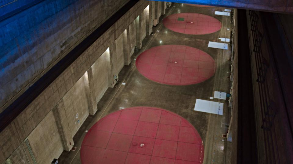 Pod těmito pokličkami - červenými kruhy - jsou ukryté turbíny. Tady číslo 11, 12 a 13