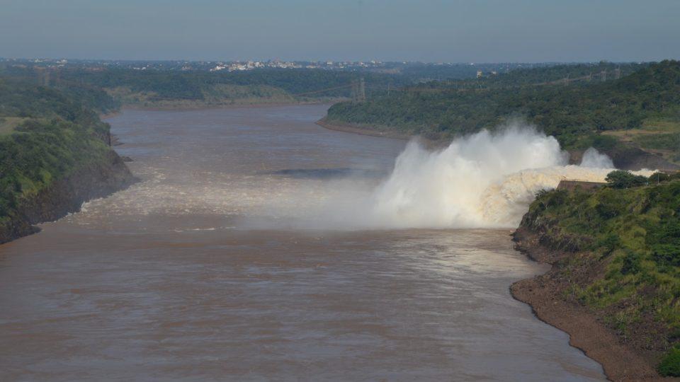 Voda se z výpusti tříští, aby neničila dno. Maximální výpusť je 100krát víc než průměrný průtok Vltavy