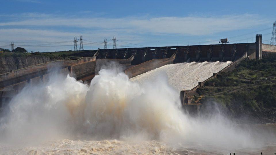Z přehrady se valí miliony litrů vody za sekundu. Maximální kapacita výpusti je 163 tisíc kubíků za sekundu