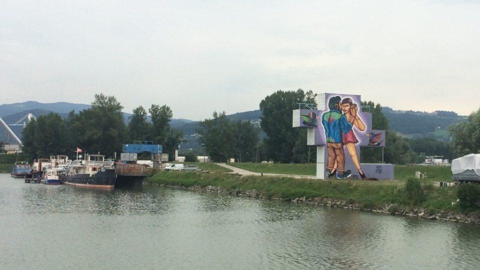 Plavba po Dunaji v rakouském Linci. Lidé si prohlédnou výstavu graffiti