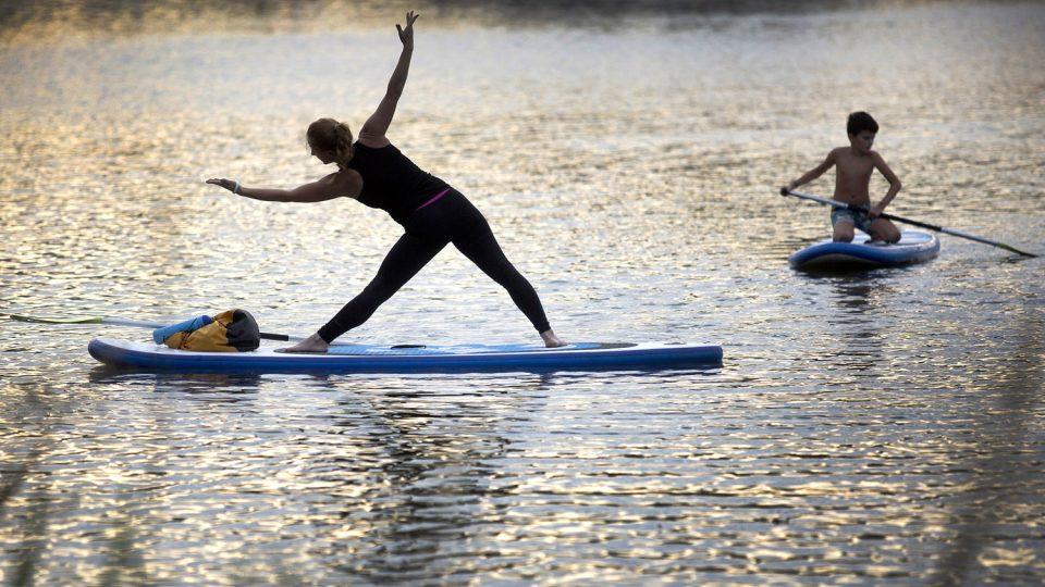 Veronika Haklová cvičí paddle board jógu