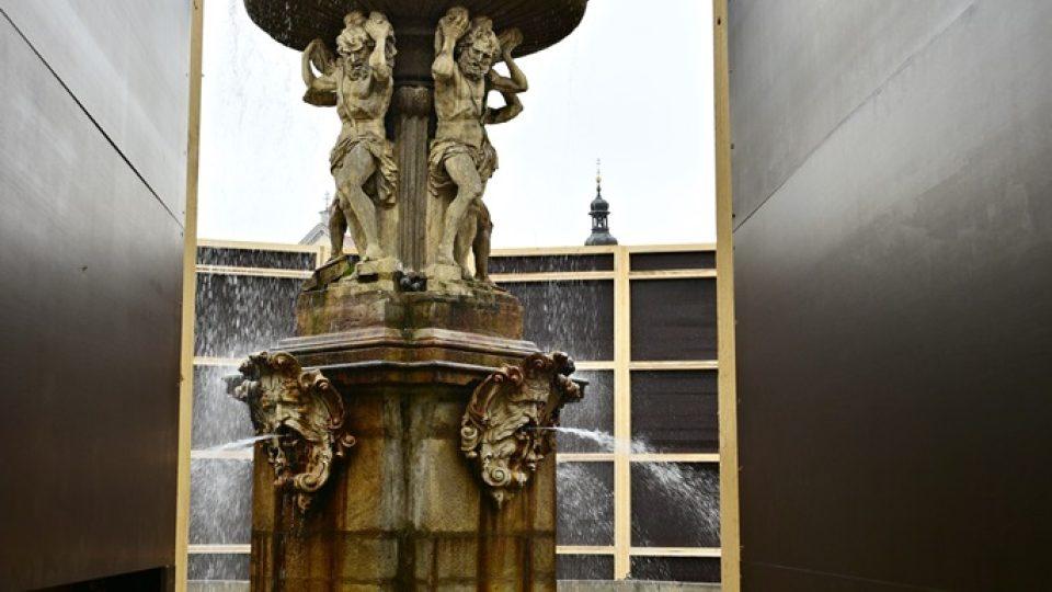 Projekt Vnímání na měsíc schoval Samsonovu kašnu za černou stěnu. Umělec Jan Šépka chce vyvolat diskuzi o vnímání veřejného prostoru a památek
