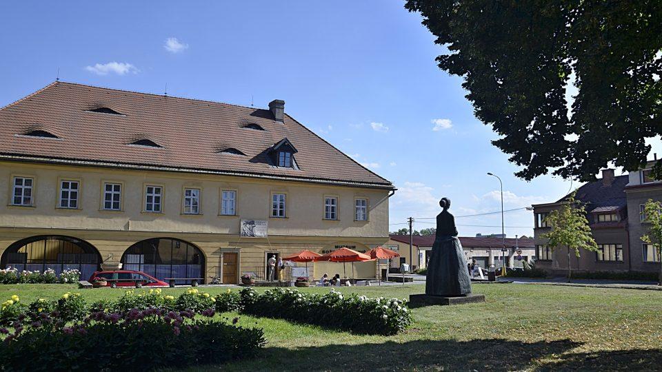 Budova Muzea Boženy Němcové s Jiřinkovým sálem a parkem