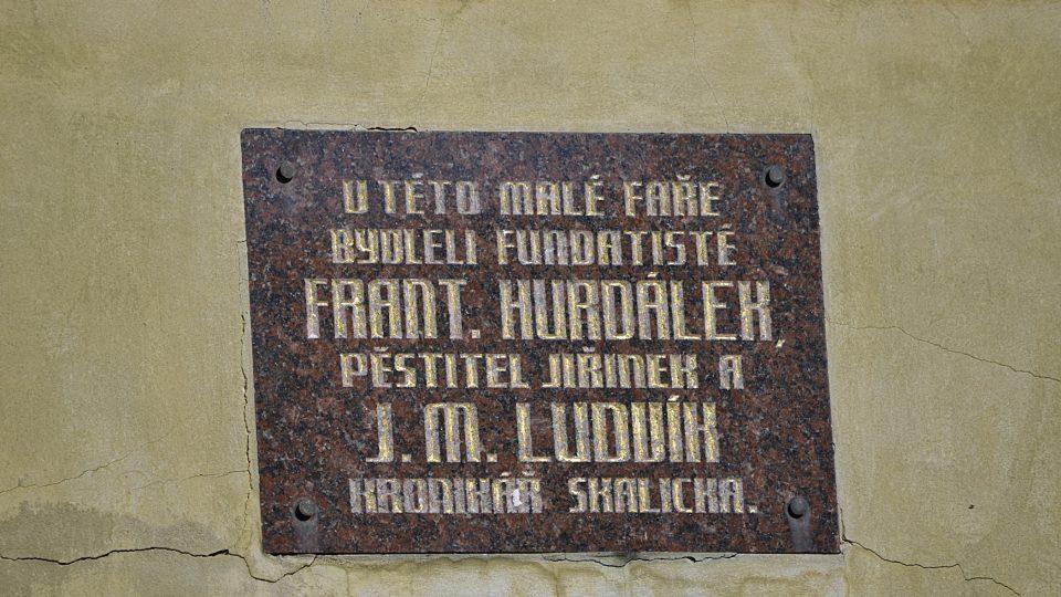 Pamětní deska na faře u Jiřinkového parku