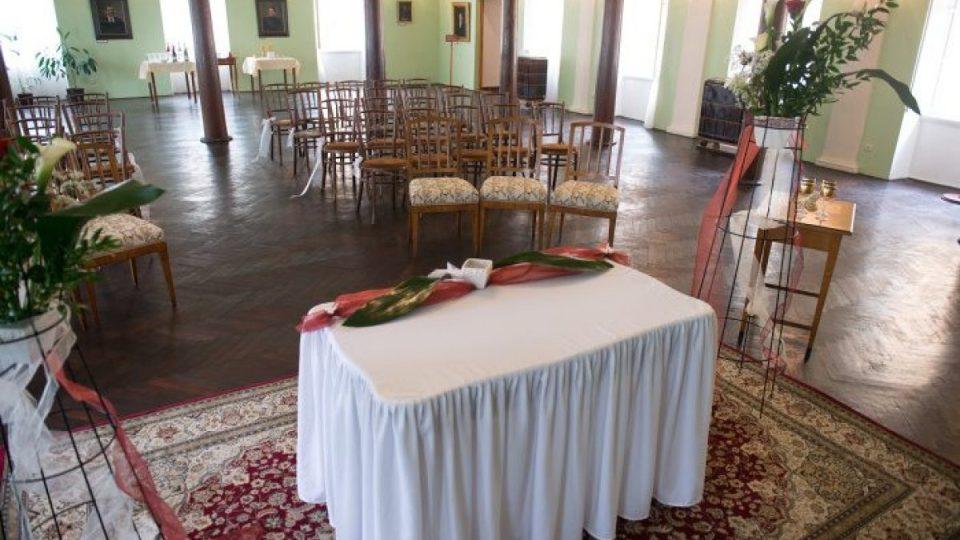 Sál, v němž slavila svatbu Božena Němcová