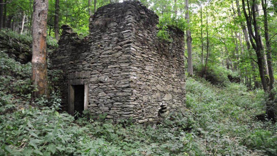 Jeden z mála pozůstatků vesnice Sklenářovice, bývalý hostinec