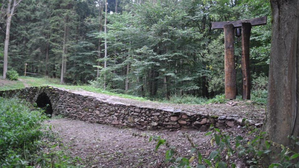 Zvon umístěný v rozpůleném kmeni připomíná jak tiché je dnes sklenářovické údolí