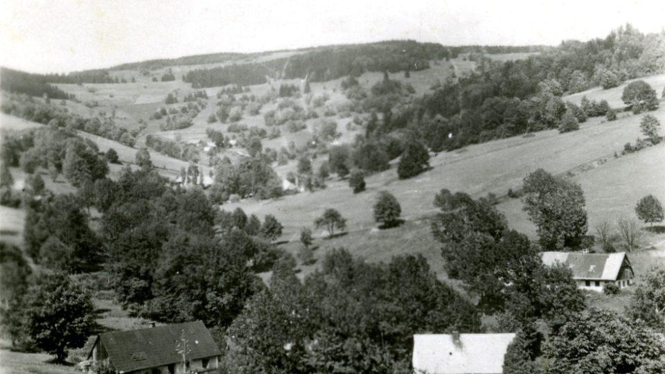 Sklenářovice, vpravo dole bílá budova je sklenářovická škola, v roce 1948