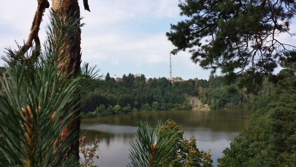 Samotné město Velešín je od hradu odděleno hladinou Římovské přehrady