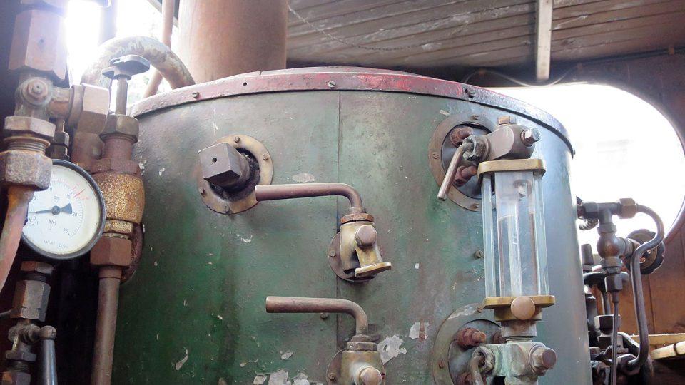 Kotel Sentinelu je umístěný v kabině, nejčastěji spaloval koks
