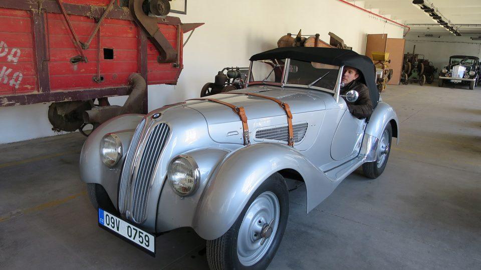 Ředitel Muzea starých strojů Michal Bednář ve funkčním sportovním BMW z roku 1939