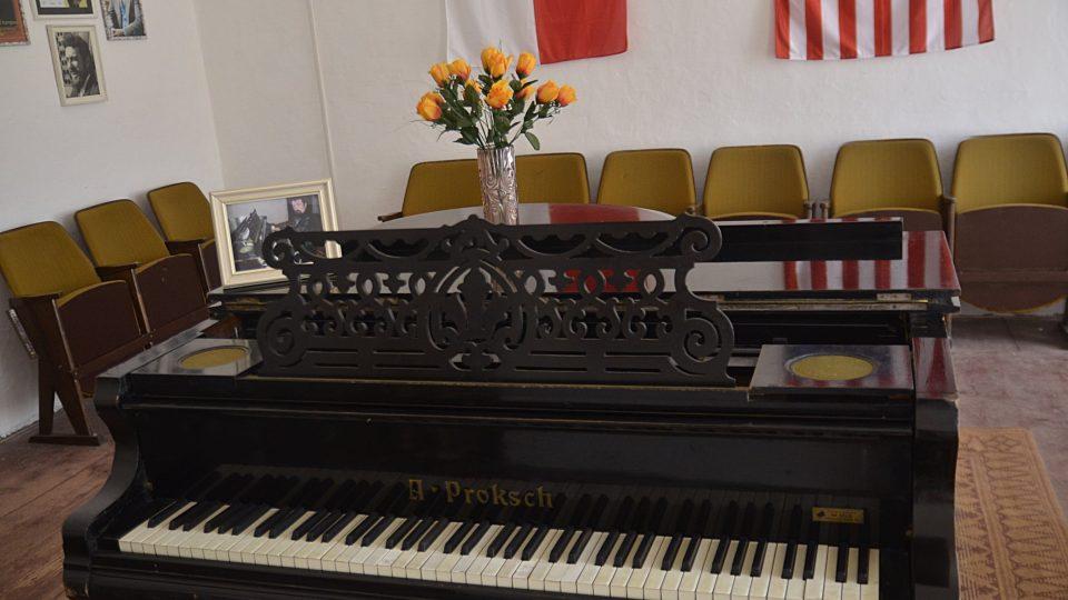 Klavír, u něhož sedával a hrál WM