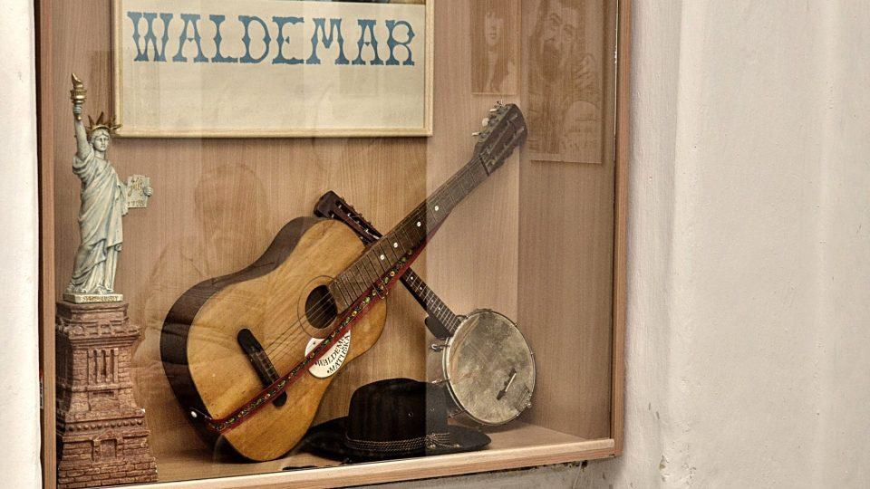 Waldemarova kytara, na kterou hrával v 16 letech