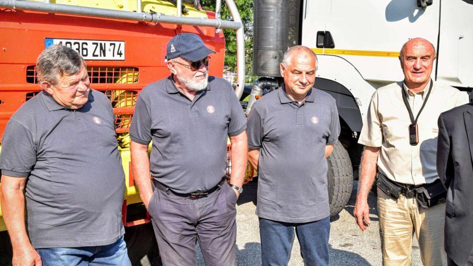 Posádka. Zleva Zdeněk Kahánek, Josef Kalina a Miroslav Gumulec, napravo dosavadní majitel auta Jean Philippe