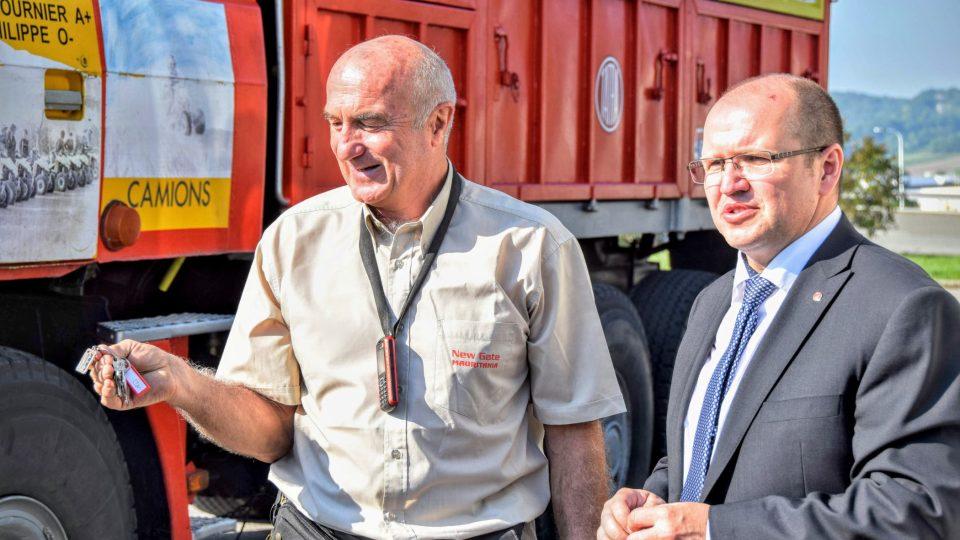 Jean Philippe předává klíčky od soutěžní Tatry technickému řediteli automobilky Radku Smolkovi