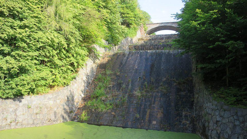 Kaskády bočního bezpečnostního přelivu přehrady