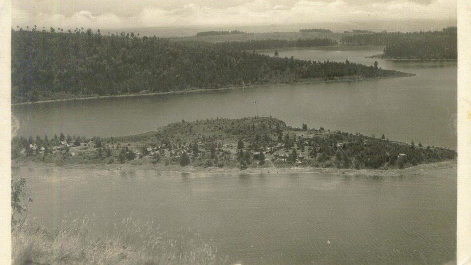 Sečská přehrada se skauty na ostrově v roce 1945