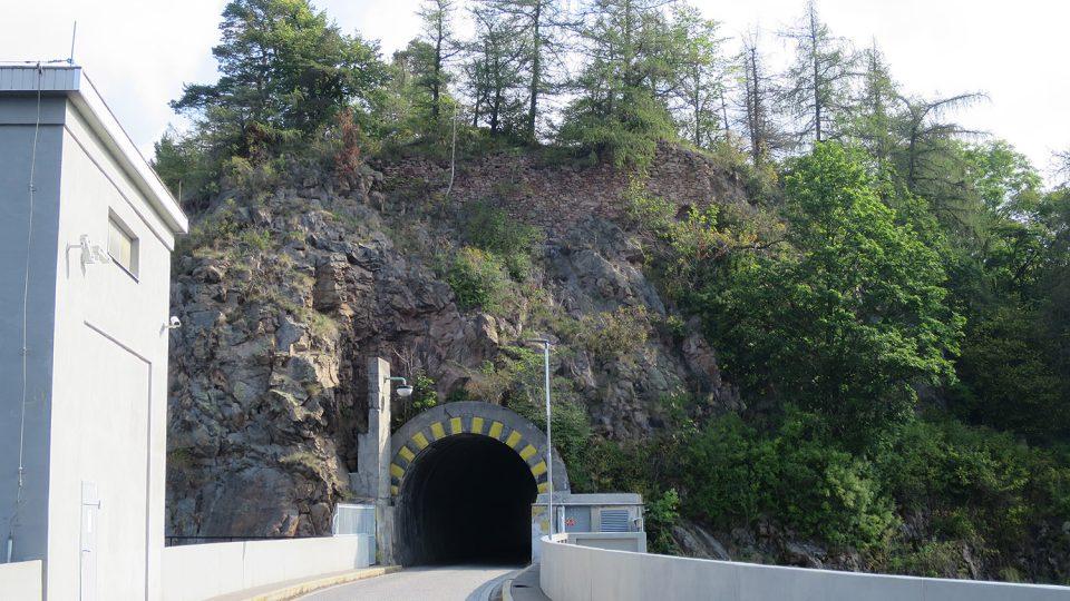 Silniční tunel se nachází pod zříceninou hradu Vildštejn