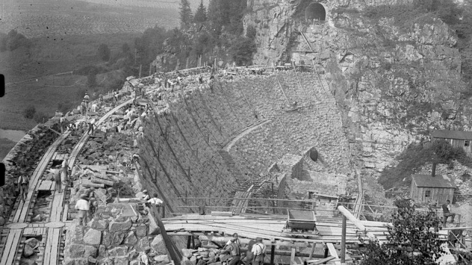 Výstavba hráze, pravděpodobně v letech 1932 - 1933