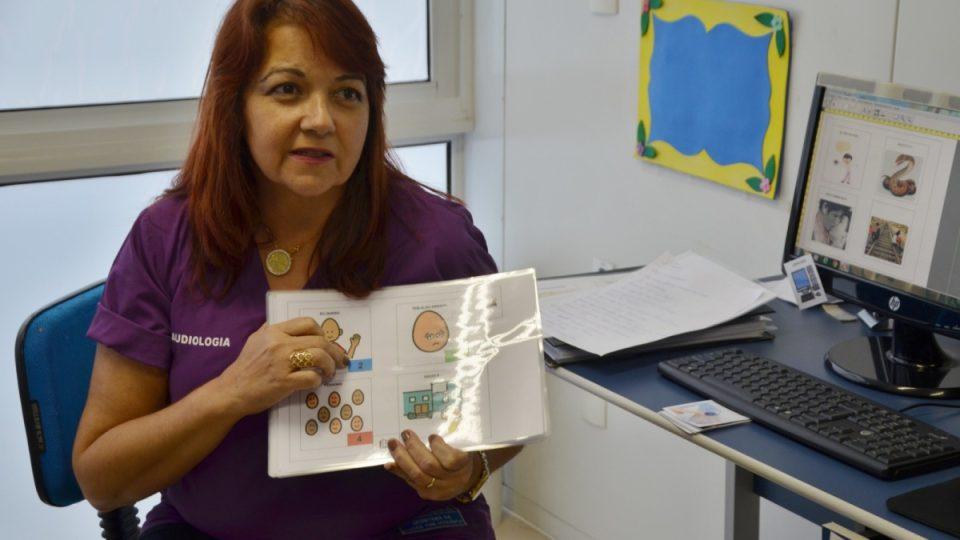 Logopedka Lila Bonfandini ukazuje obrázky, kterými se dorozumívají děti s vadou řeči