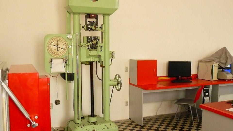 Stará zkušební mašina ve školních laboratořích
