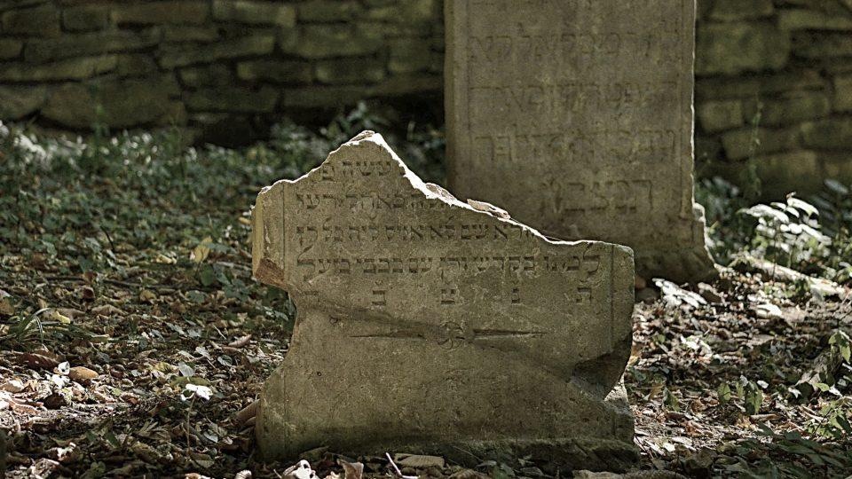 Jestli můžeme o některém hřbitovu říct, že je opravdu krásný, pak určitě o židovském hřbitovu v Podbřezí na Rychnovsku