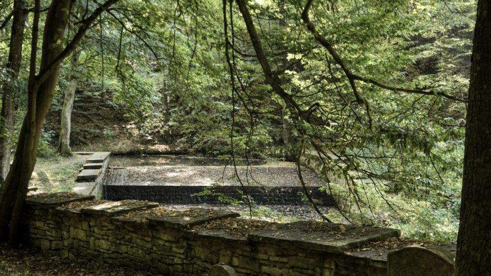 Za hřbitovní zdí splav na Zlatém potoce